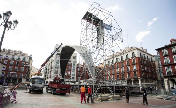 Montaje del escenario de la Plaza Mayor y las casetas de la Feria de Día