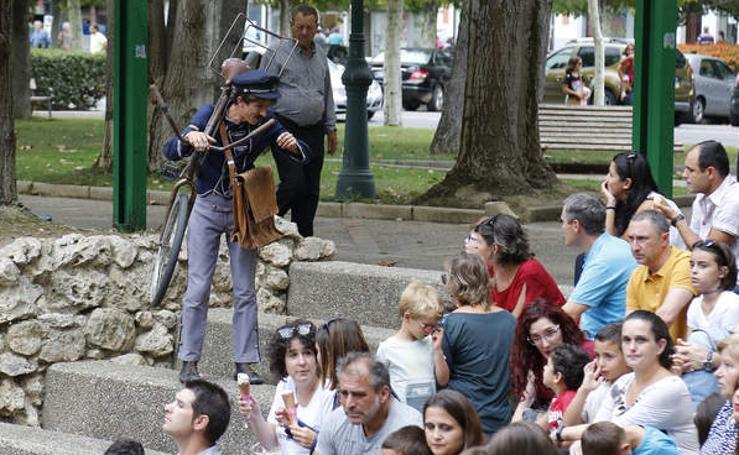 Muestra de artistas de calle Bicirco en el parque de Los Jardinillos de Palencia