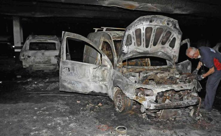 Así quedaron los vehículos afectados por el incendio de un garaje en el Parque Arturo León