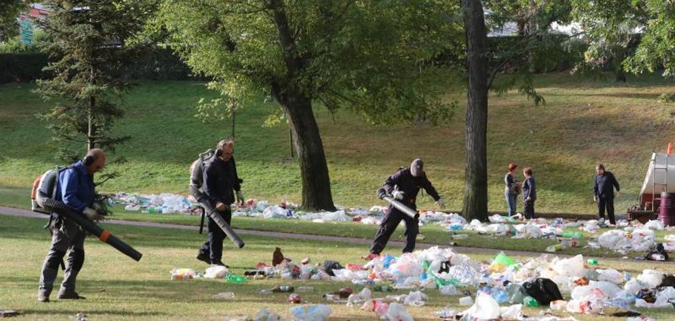 Las zonas ajardinadas acumulan 60 toneladas de basuras en dos jornadas de las ferias