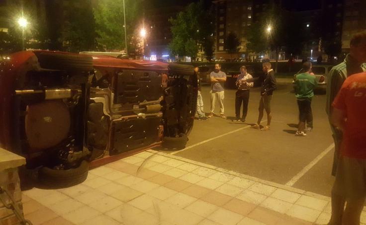Vuelca en León capital al equivocarse de pedales al aparcar