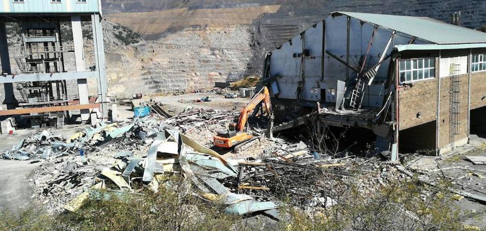 La Hullera escenifica el fin de la minería del interior con el derribo de las oficinas y los talleres de Santa Lucía