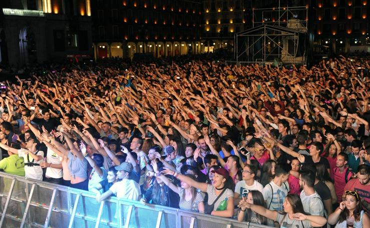 Miles de jóvenes abarrotan la Plaza Mayor de Valladolid para bailar con Máxima Puceladance