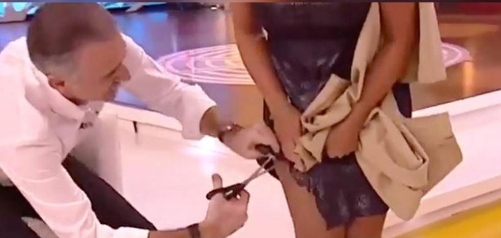 Juan y Medio le corta el vestido a su compañera Eva Ruiz en la televisión andaluza