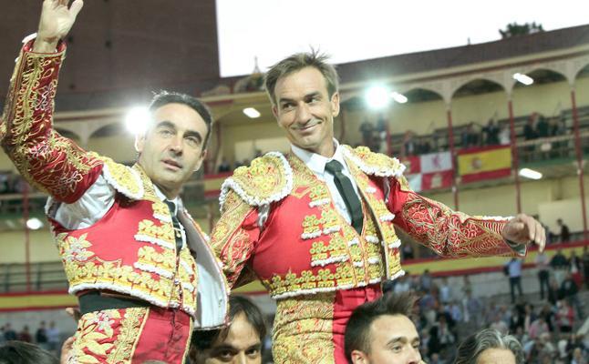 Ponce y Manolo Sánchez en hombros tras cortar seis orejas en Valladolid