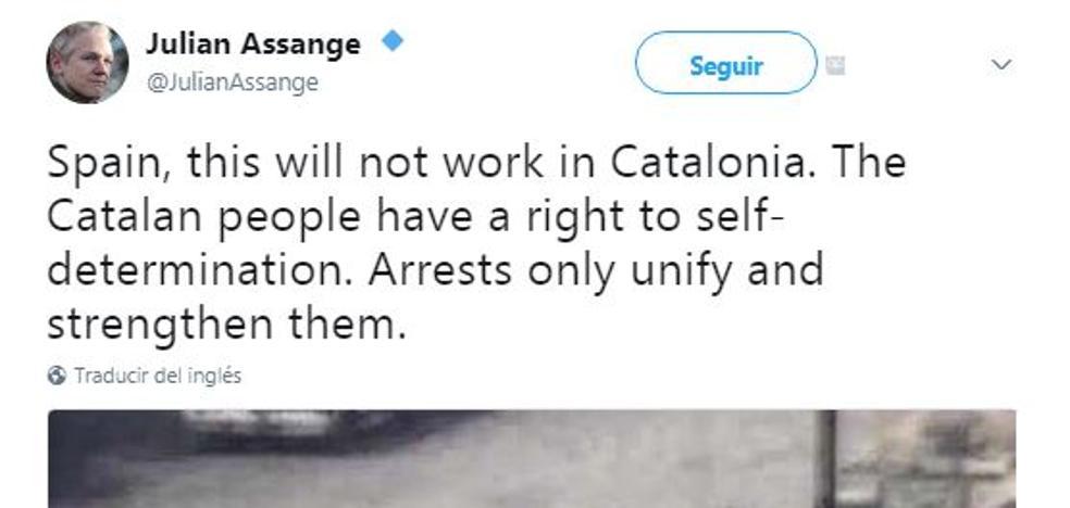 Cataluña enfrenta a Pérez-Reverte y a Julian Assange