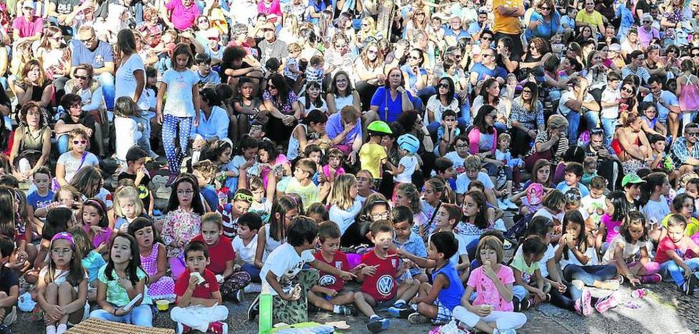 El Festival de Artes de Calle anima la ciudad que hoy celebrará la Gala de los Mayores