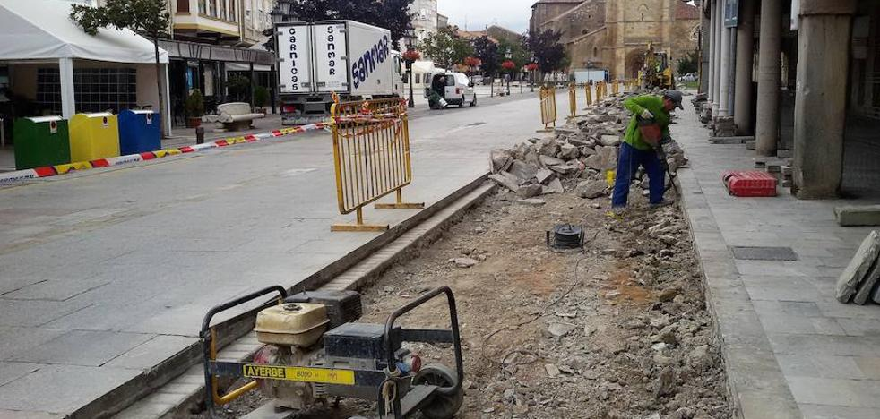 Aguilar renueva el pavimento de la plaza España