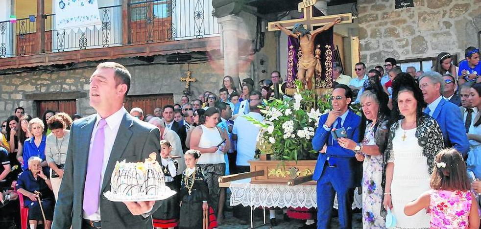 Bailes tradicionales serranos ante la imagen del Santo Cristo en el día grande de las fiestas