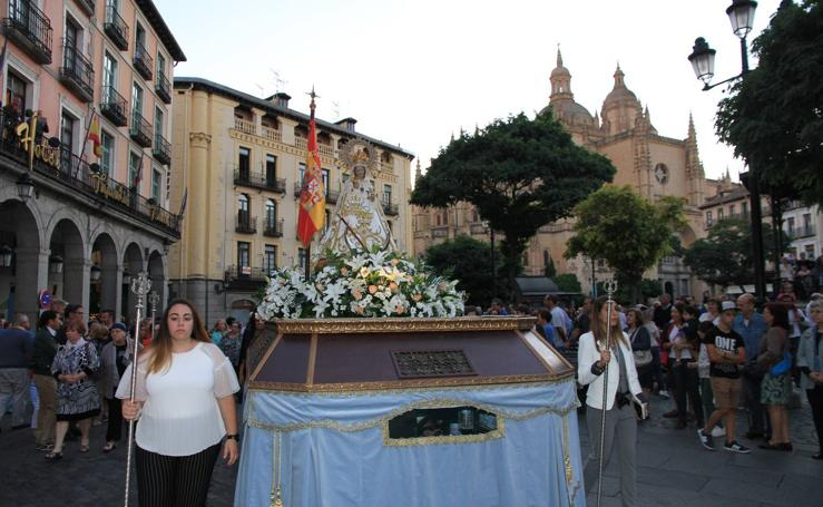Los segovianos acompañan a la Virgen de la Fuencisla en su regreso a la Catedral