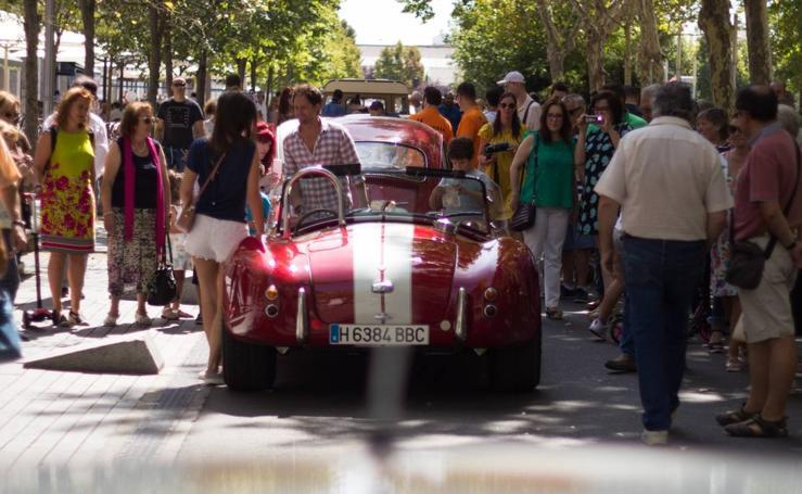 Coches antiguos copan las calles de Valladolid