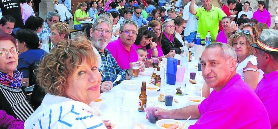 Las fiestas del Cristo concluyen con una comida popular y un espectacular tobogán acuático