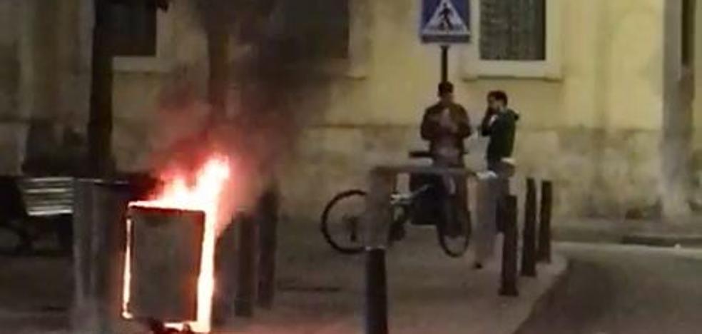 El incendio de unos contenedores del centro de Valladolid a causa de petardos alerta a la Policía