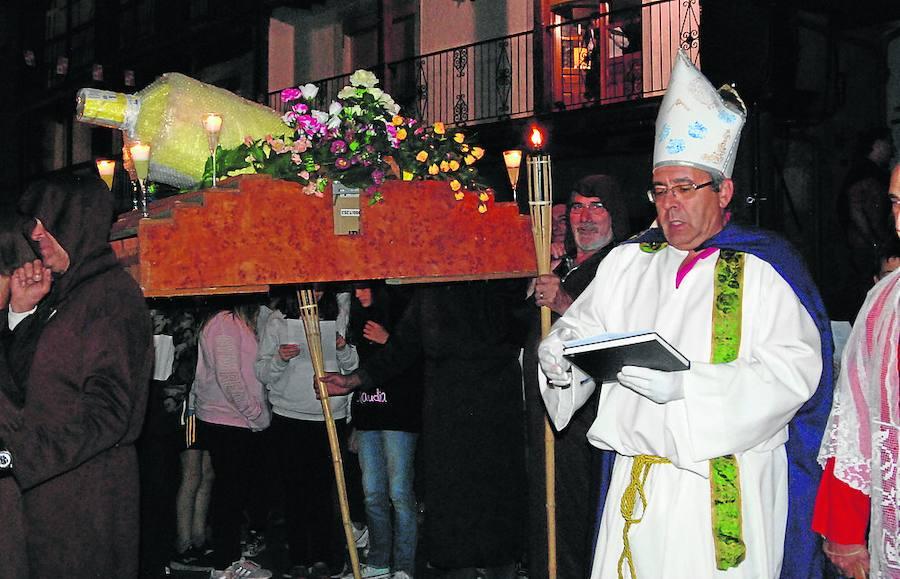 El Entierro del Anisete exhibe un luto riguroso con saeta y lágrimas para cerrar las fiestas