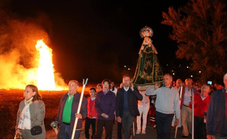 Palenzuela acompaña a la Virgen de Allende el Río a la luz de las hogueras