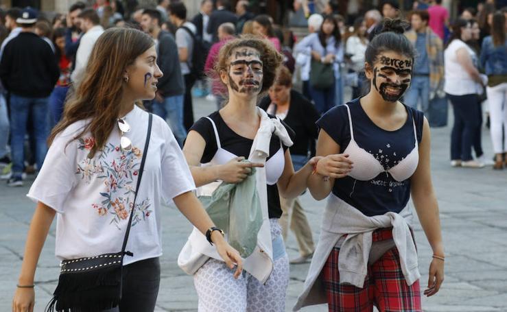 Novatadas a los nuevos estudiantes en la Plaza Mayor de Salamanca