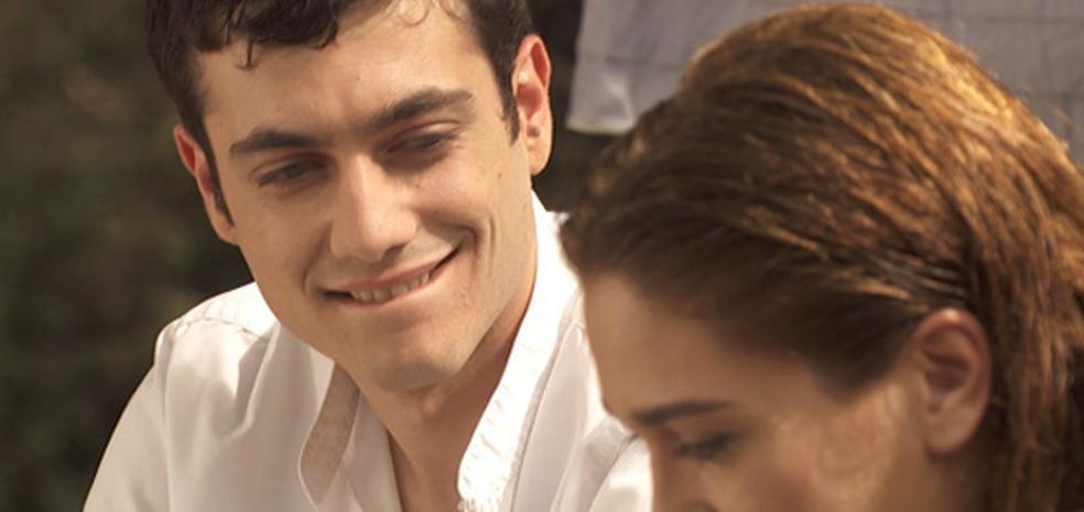 Prudencio besa a Julieta en 'El secreto de Puente Viejo'