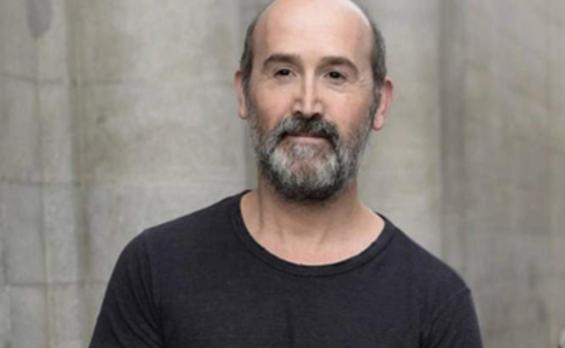 Javier Cámara estrena paternidad por las calles de Madrid
