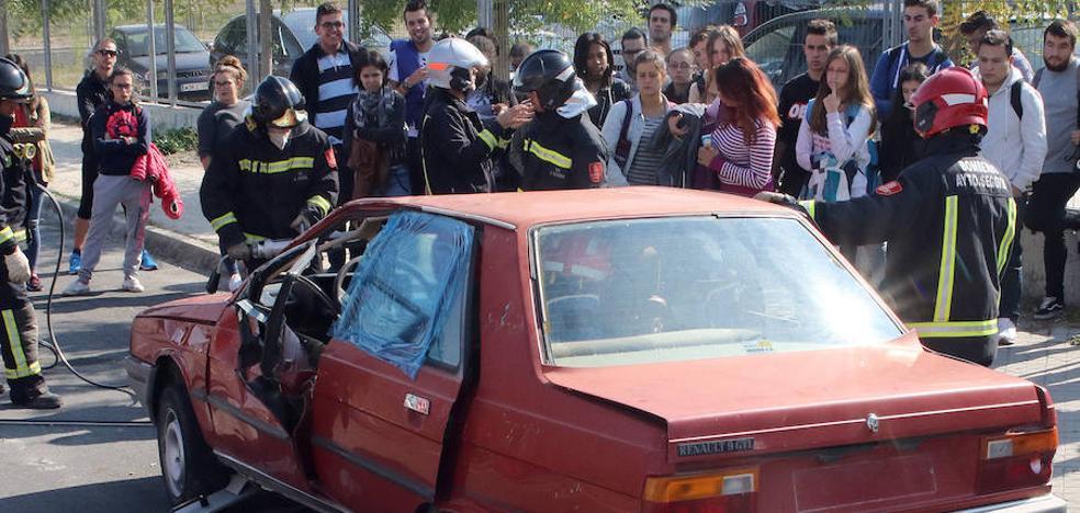 Los bomberos inician en el instituto Felipe VI las demostraciones de seguridad vial
