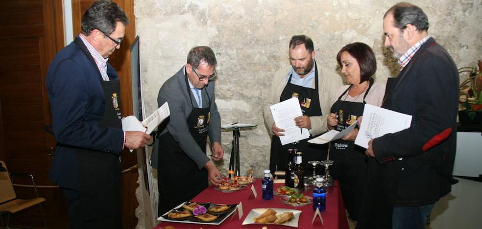 El jurado profesional degusta las tapas del concurso de San Miguel