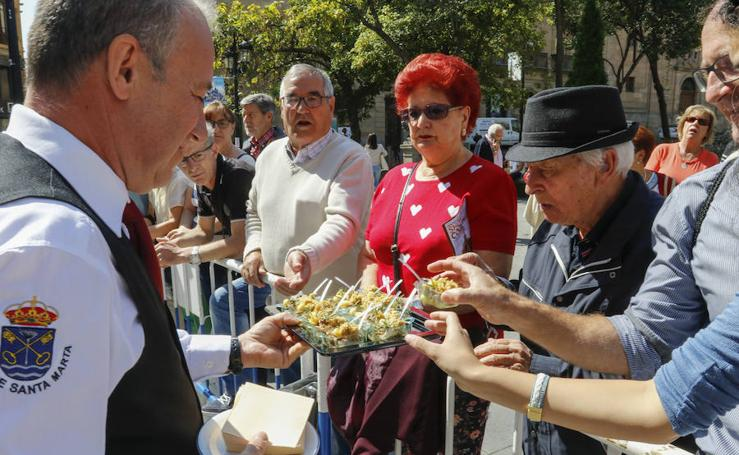 Los salmantinos disfrutan del lechazo y el cabrito en la plaza de Los Bandos