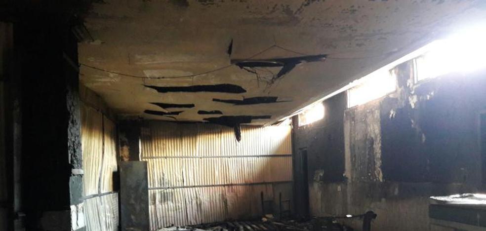 Un fuego destruye dos locales de peñas de Tordesillas