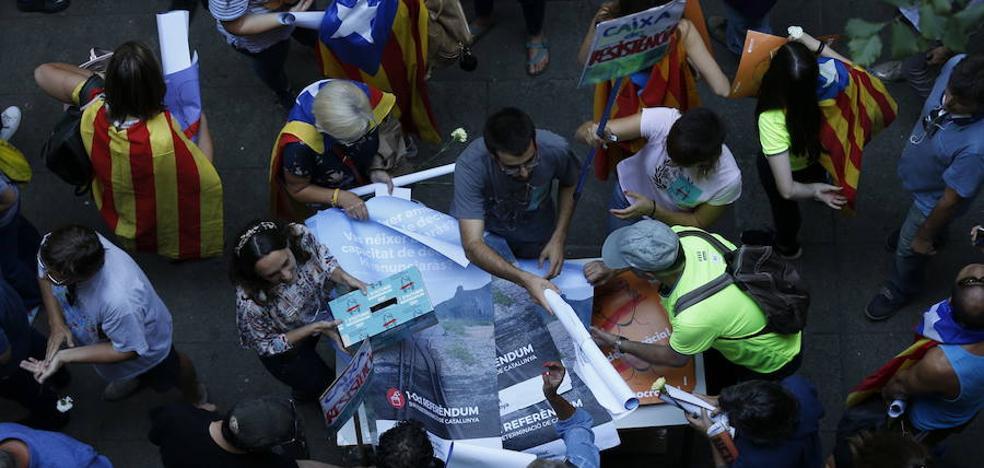 El independentismo reparte miles de papeletas, desafiando a la Fiscalía: «Todo el mundo a la calle hasta el 1-O»
