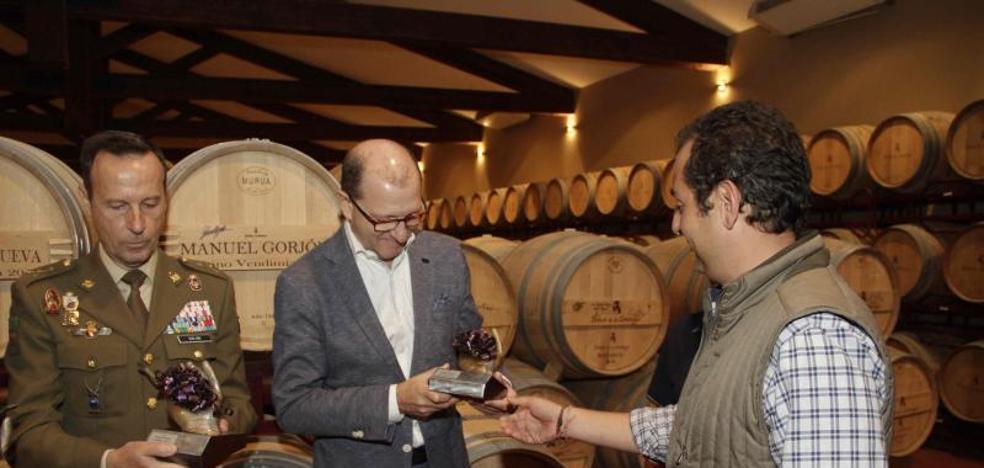El general Manuel Gorjón se compromete a ser embajador de los vinos de Dehesa de los Canónigos