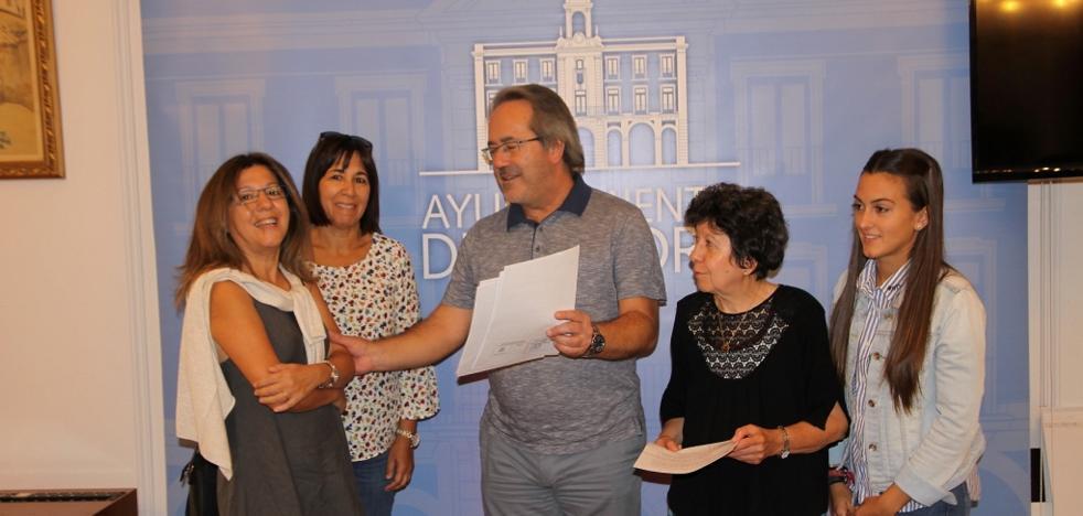 Guarido entrega una declaración de reparación a familiares represaliados por el franquismo