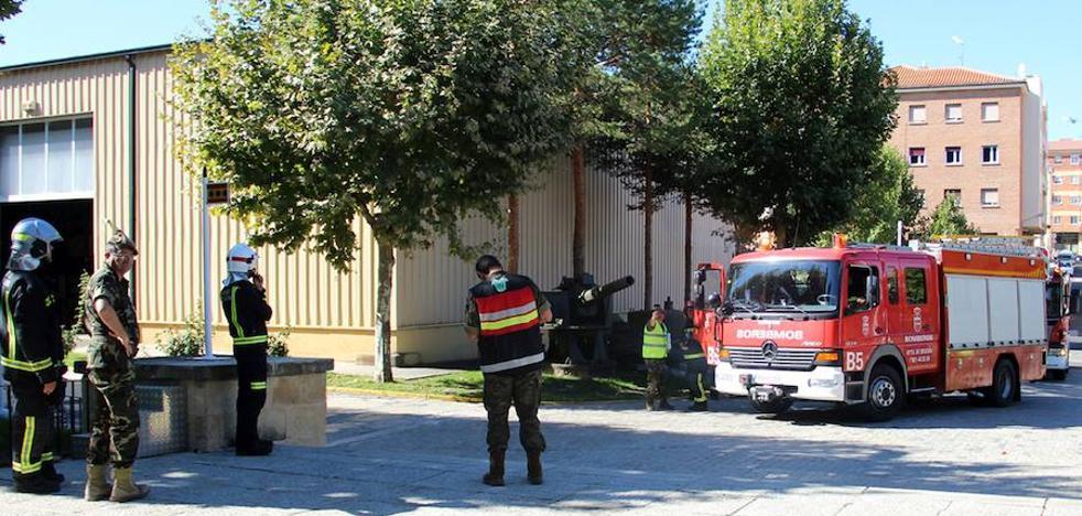 Los bomberos simulan un incendio en el taller de carros de combate
