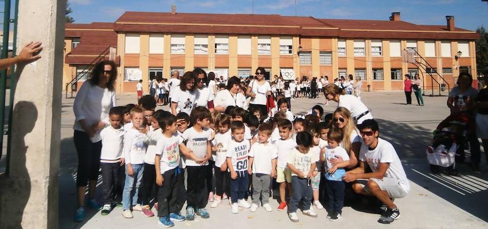 Javi Guerra, con los escolares de Cantimpalos