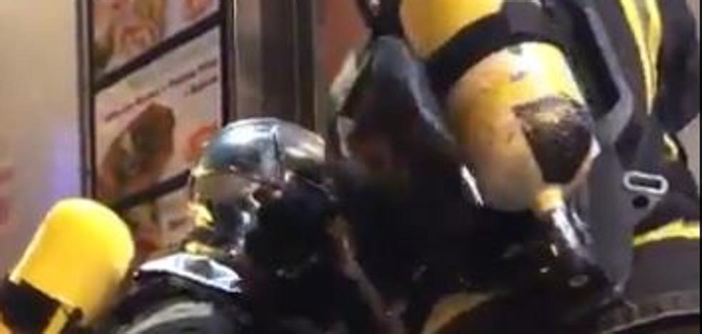 Los bomberos sofocan un fuego originado en la freidora de un bar de Valladolid