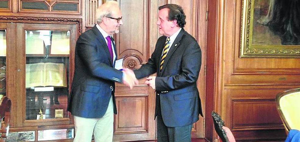El rector de la Universidad da a conocer el VIII Centenario en Chile