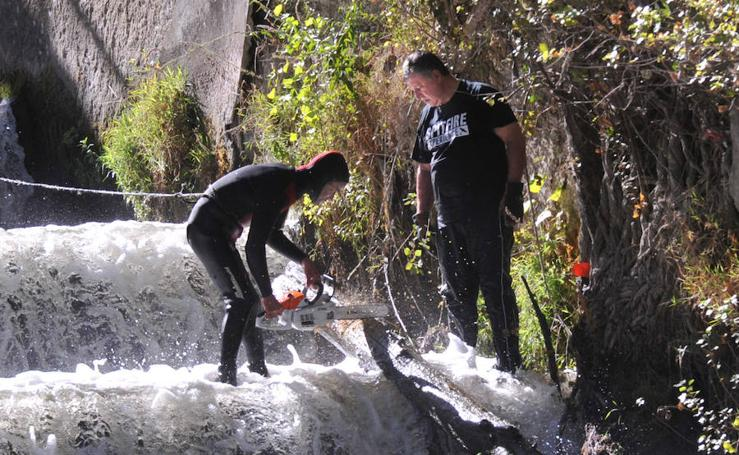 Labores de limpieza de la desembocadura del Esgueva