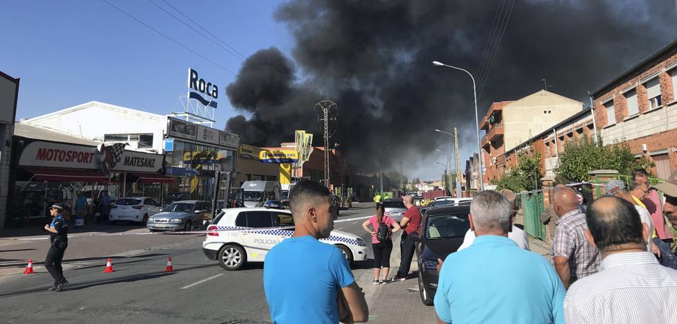 Un voraz incendio se ceba con una chatarrería del polígono El Cerro