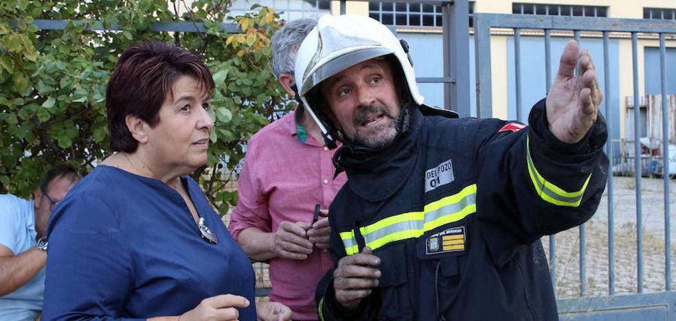 La alcaldesa aconseja cerrar ventanas y persianas en los barrios próximos al incendio