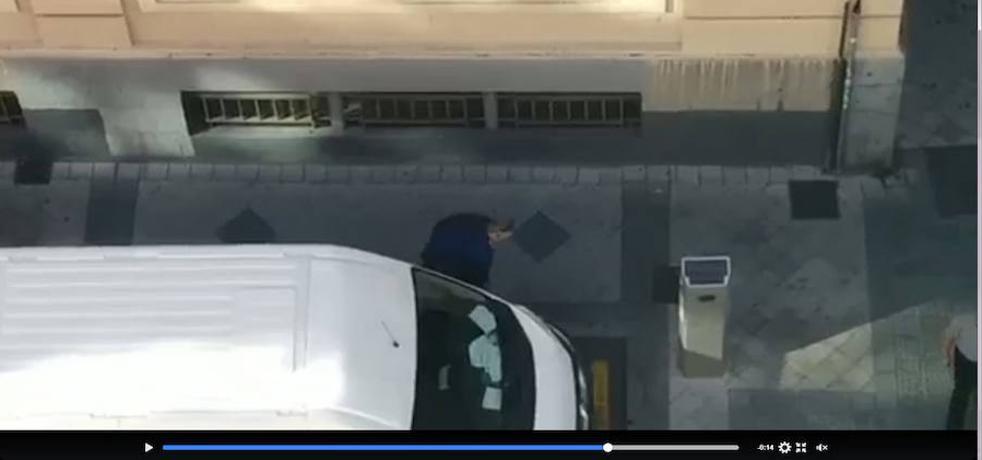 Un vecino graba a un hombre rajando las ruedas de una furgoneta