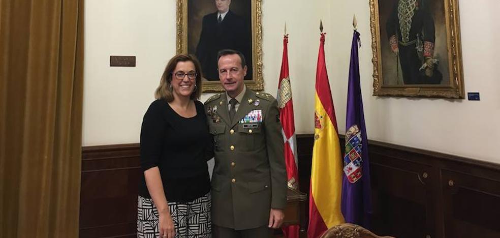 El general Manuel Gorjón se despide de la presidenta de la Diputación de Palencia