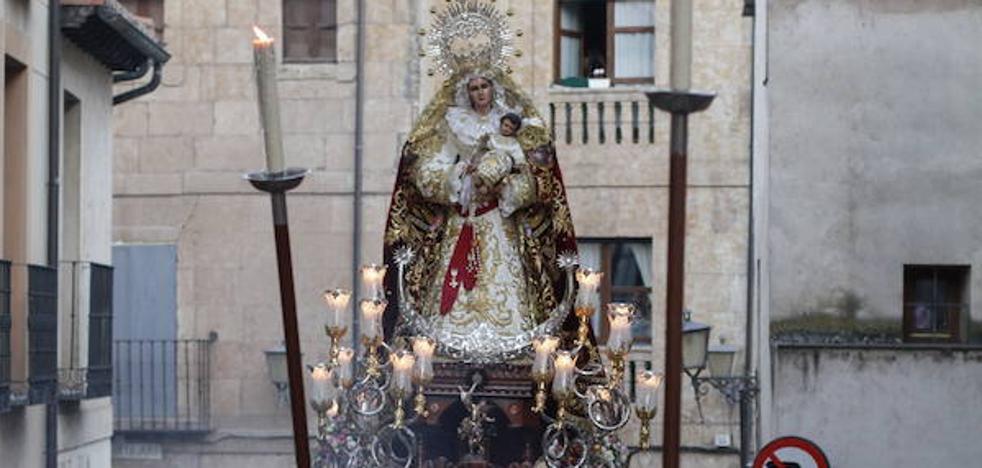Cerca de 200 personas se suman al cortejo de la Virgen del Rosario