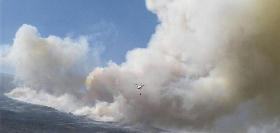 Permanece activo el incendio de Cantabria que afecta a Brañosera