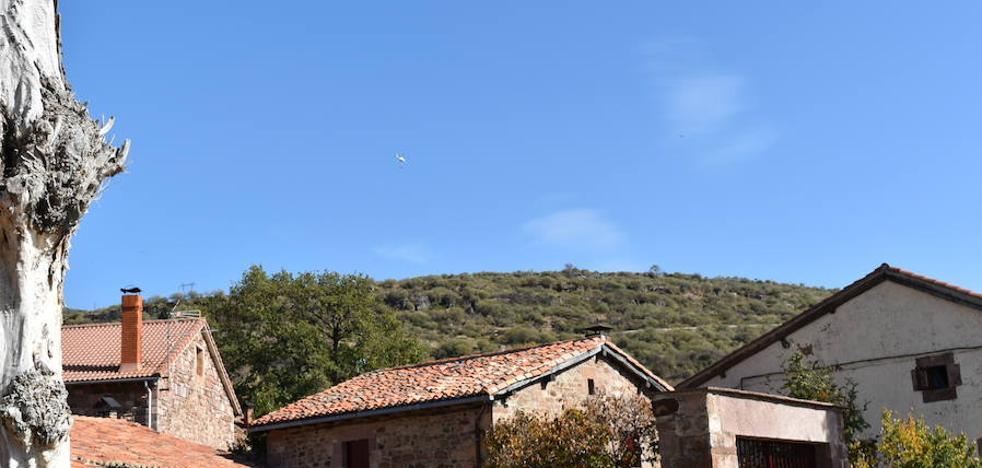 El incendio que afecta a la Montaña Palentina sigue activo, pero no avanza