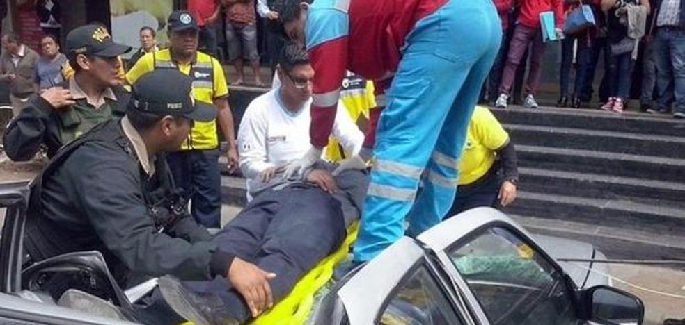 Un hombre sobrevive tras caer desde un piso 18