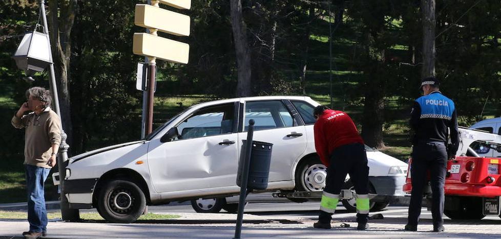 Un conductor sale ileso tras derribar una farola en la calle Mirasierra