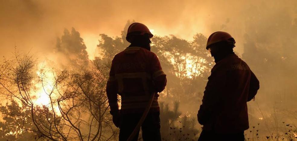 Dos personas fallecen en uno de los incendios que arrasan Galicia