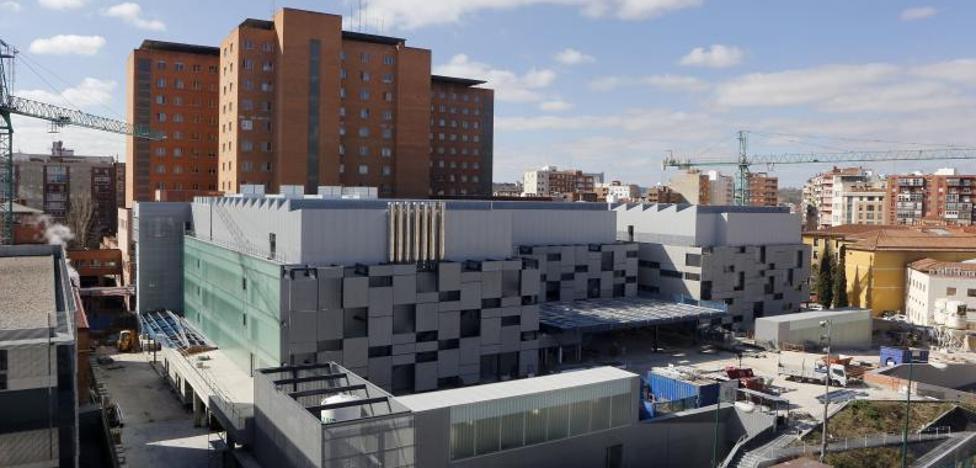 El PSOE culpa a la gestión del consejero de Sanidad del abandono de la empresa en las obras del Clínico