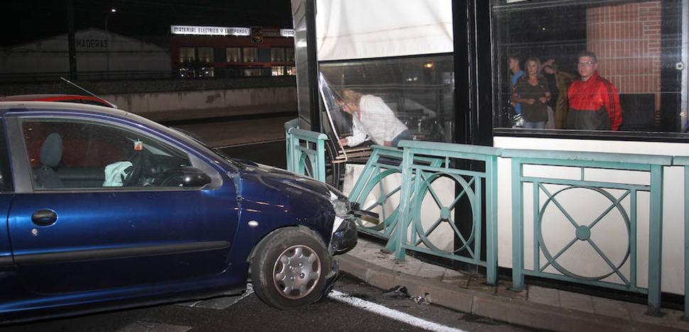 Un coche se empotra contra la terraza de un bar de Palencia y causa un herido