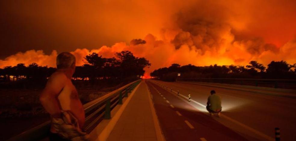 Mueren cinco personas y 25 resultan heridas a causa de los más de cien incendios activos en Portugal