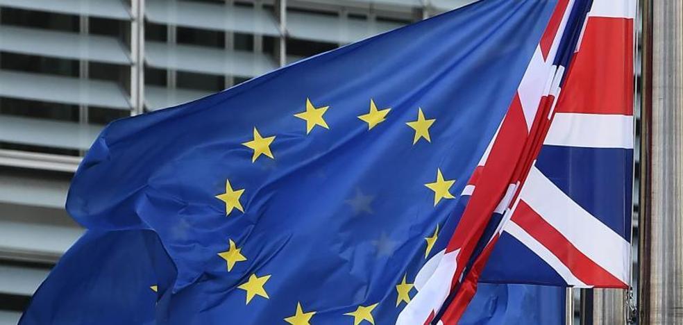 Juncker y May cenan para desbloquear las negociaciones del 'brexit'