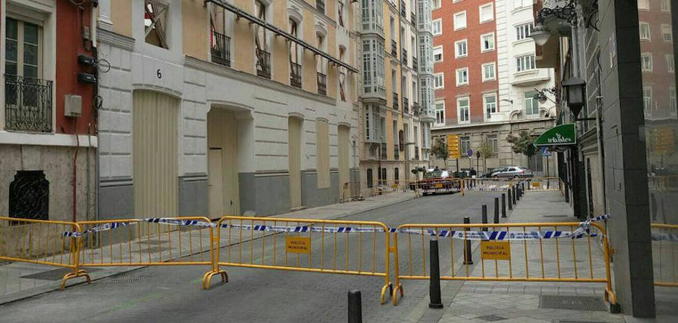 Cortan la calle Colmenares tras caer varias piezas de una fachada