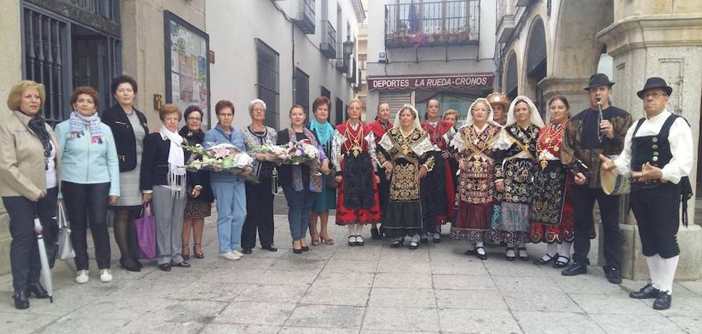 Las mujeres rinden honores a Santa Teresa con una ofrenda floral